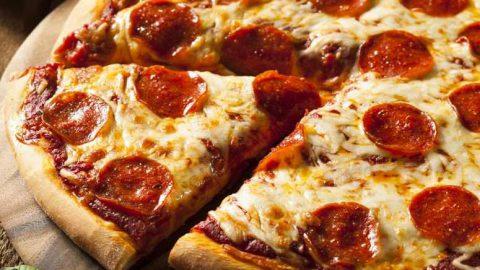 طرز تهيه پيتزا پپروني آمريکايي و خوشمزه به همراه فوت و فن ها